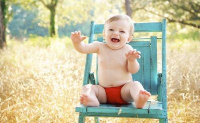 bebe en silla-azul jardín